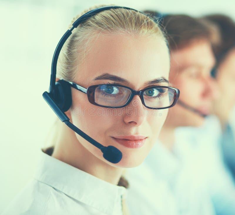 Attraktive positive junge Wirtschaftler und Kollegen in einem Call-Center-Büro lizenzfreies stockfoto