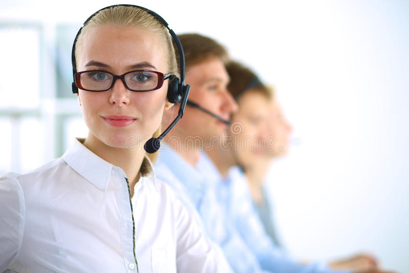Attraktive positive junge Wirtschaftler und Kollegen in einem Call-Center-Büro stockfotos