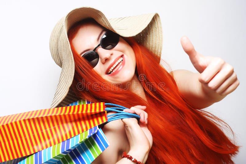 Download Attraktive Redhair Einkaufsfrau Stockbild - Bild von beutel, dame: 96929041