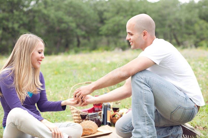 Attraktive romantische Paare, die ihre Liebe teilen stockfotografie