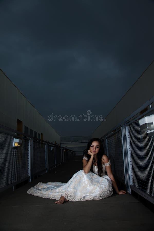 Attraktive russische kaukasische Brunettefrau stockfotos