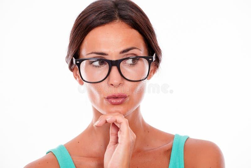 Attraktive schmollende Brunettefrau mit Gläsern lizenzfreie stockfotografie