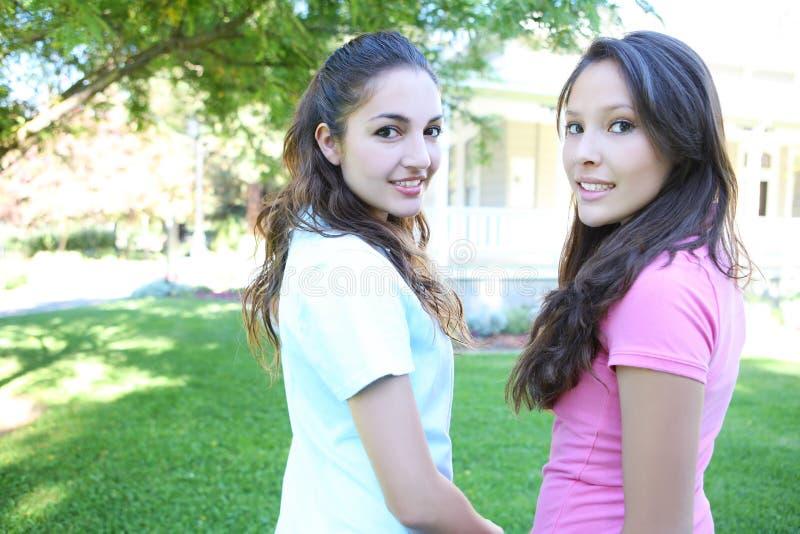 Attraktive Schwestern zu Hause lizenzfreies stockbild