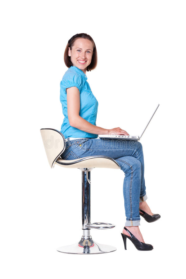 Attraktive smileyfrau mit Laptop lizenzfreies stockfoto