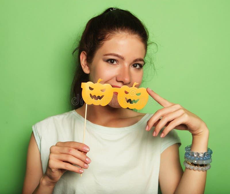 Attraktive spielerische junge Frau mit falschen Gläsern stockfotos