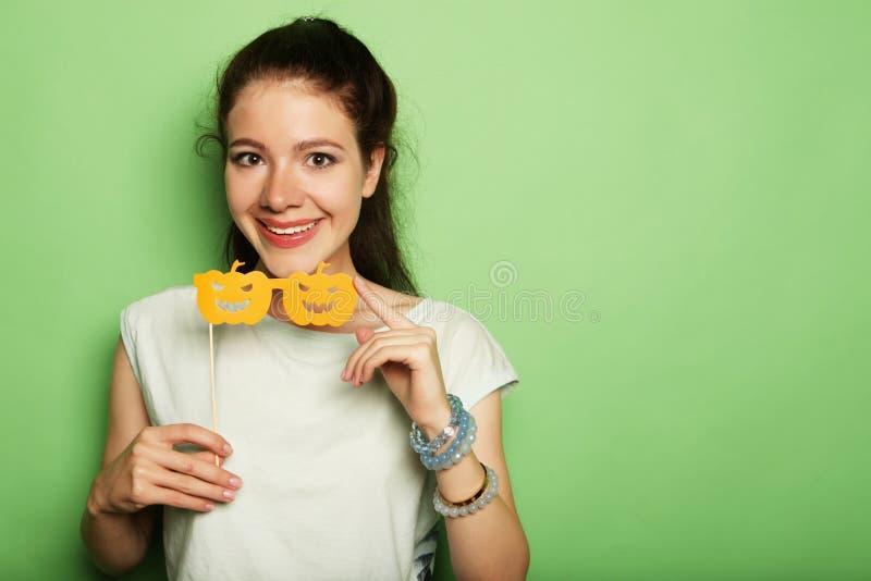 Attraktive spielerische junge Frau mit falschen Gläsern lizenzfreie stockfotos