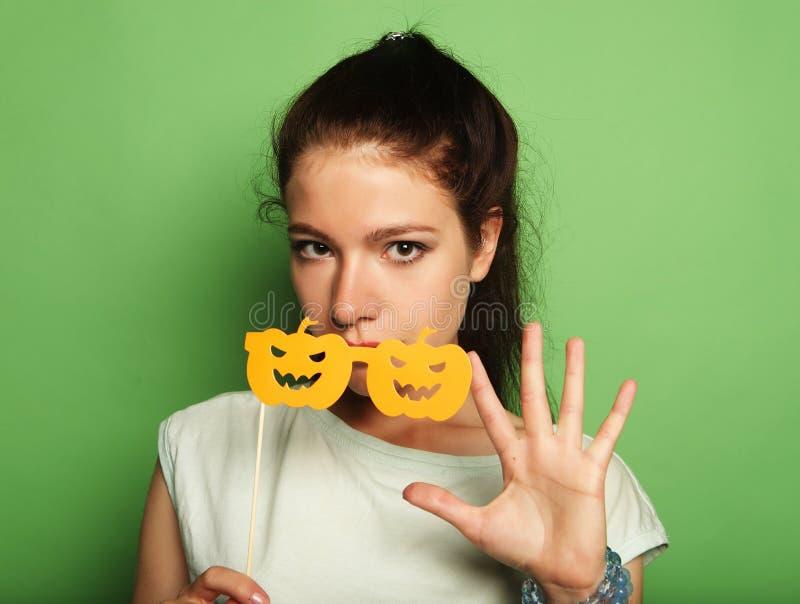 Attraktive spielerische junge Frau mit falschen Gläsern stockbilder