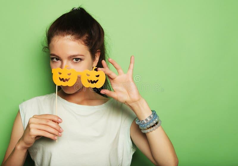 Attraktive spielerische junge Frau mit falschen Gläsern stockfotografie