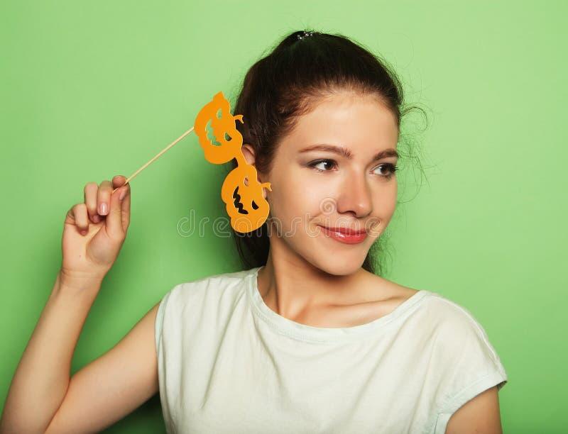 Attraktive spielerische junge Frau mit falschen Gläsern lizenzfreies stockbild