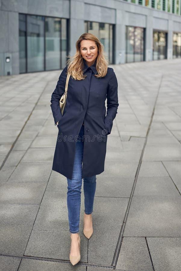 Attraktive stilvolle schlanke blonde Frau stockfotografie