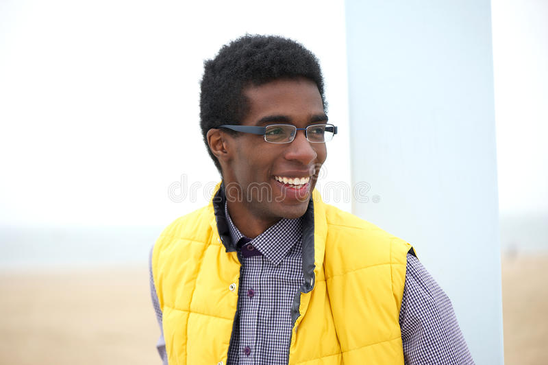 Attraktive tragende Gläser des jungen Mannes draußen stockfotografie