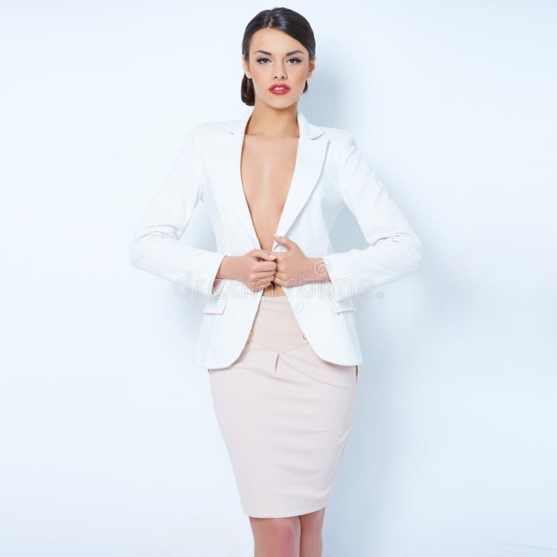 Attraktive tragende Jacke der BrunetteGeschäftsfrau stockbild