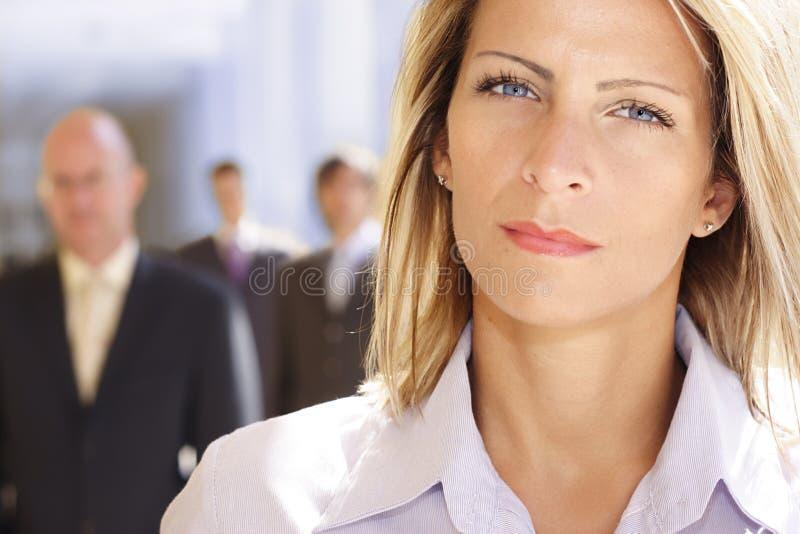 Attraktive und ehrgeizige Geschäftsfrau stockfotografie