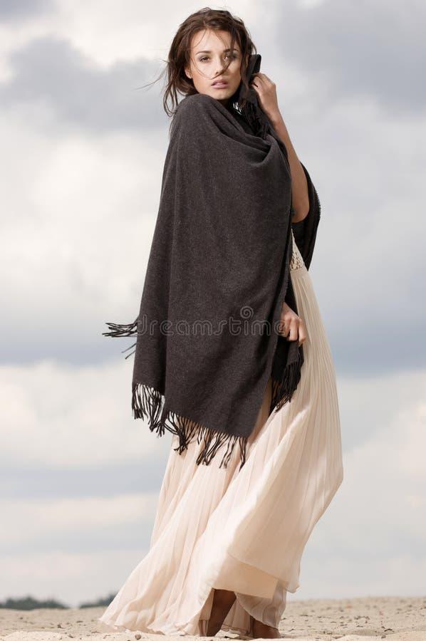 Attraktive und Sinnlichkeitfrau in der Wüste stockfotos