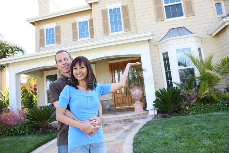 Attraktive verschiedene Paare zu Hause lizenzfreies stockbild