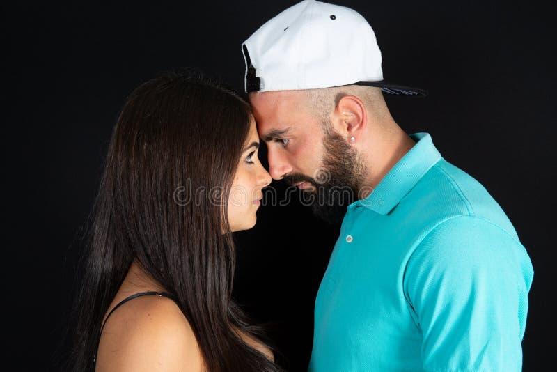 Attraktive vertrauliche Schönheits-Frauenpaare des gut aussehenden Mannes im schwarzen Hintergrund stockbild
