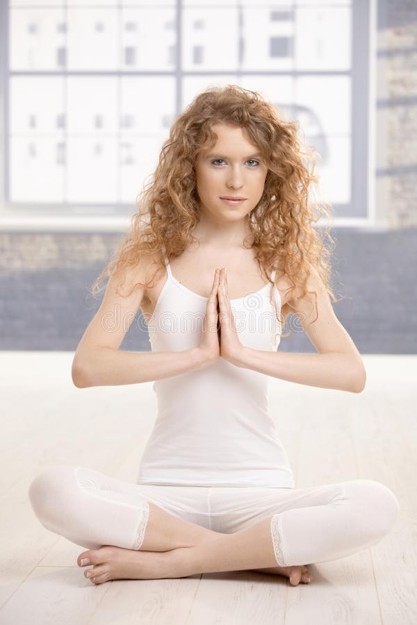 Attraktive weibliche übende Yogagebethaltung stockfotografie