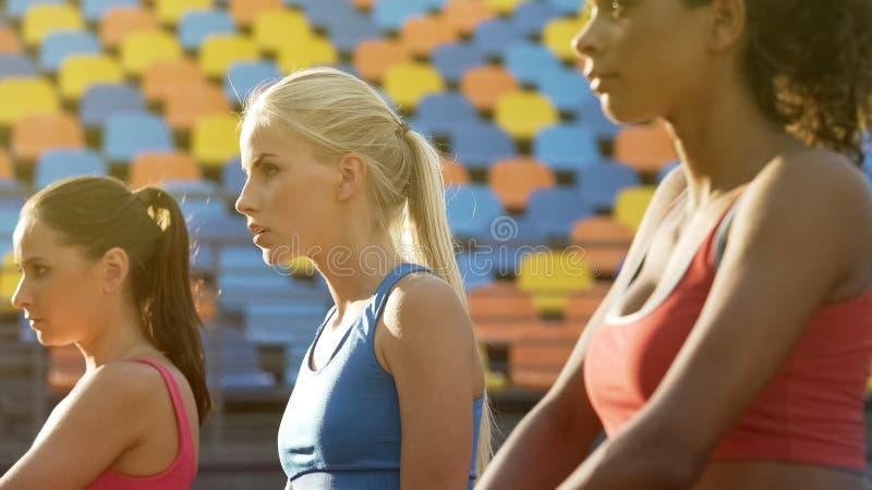 Attraktive weibliche Athleten, welche auf die Wettbewerbe, Rivalen bestimmt, um zu gewinnen warten stockfotos