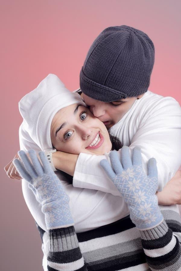 Attraktive Winterpaare stockbilder