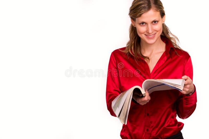 Attraktive Zeitschrift der jungen Frau Lese lizenzfreies stockfoto