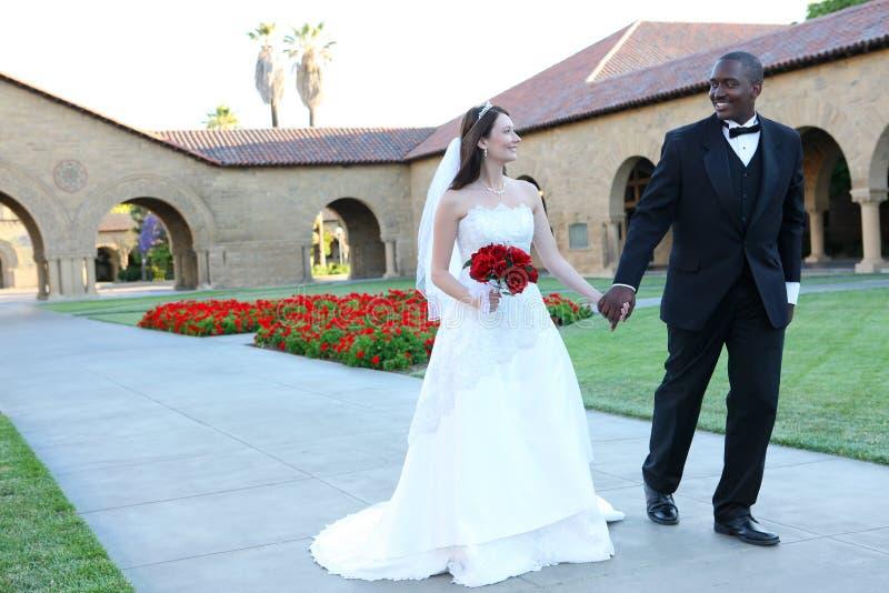 Attraktive zwischen verschiedenen Rassen Hochzeits-Paare stockfotos