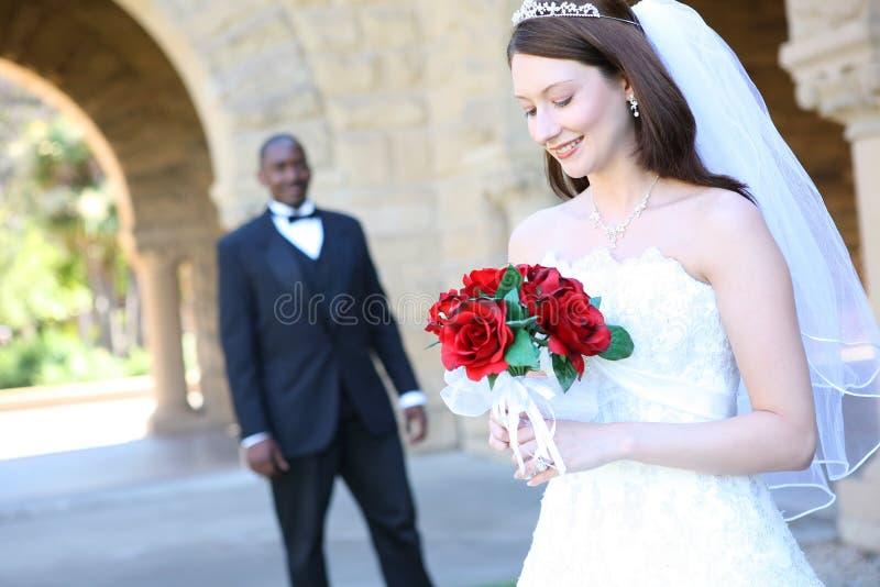 Attraktive zwischen verschiedenen Rassen Hochzeits-Paare stockbilder