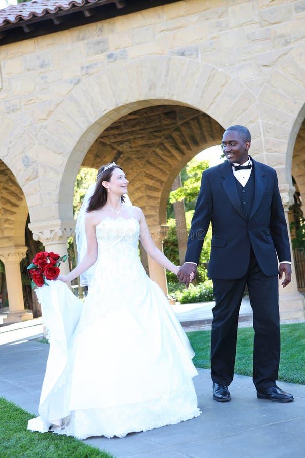 Attraktive zwischen verschiedenen Rassen Hochzeits-Paare lizenzfreie stockfotografie
