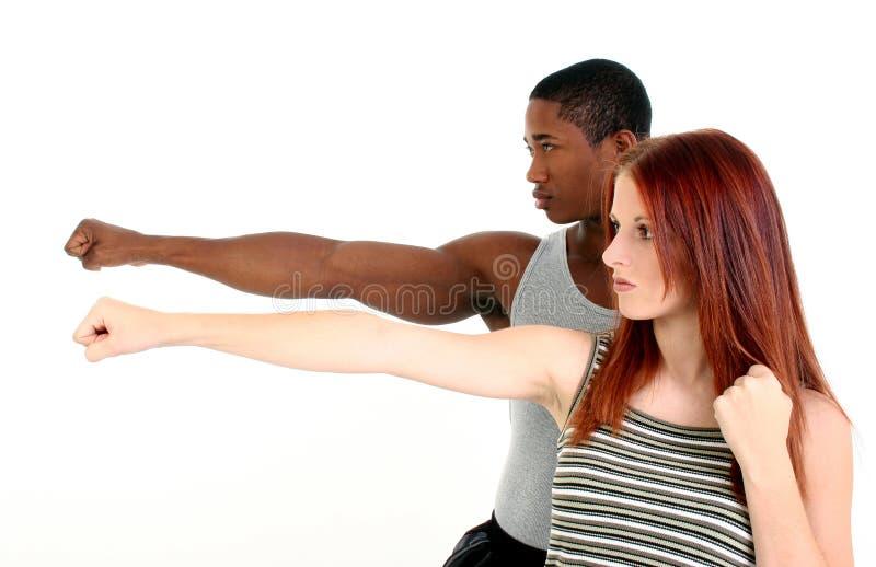 Attraktive zwischen verschiedenen Rassen Paare lizenzfreie stockfotografie