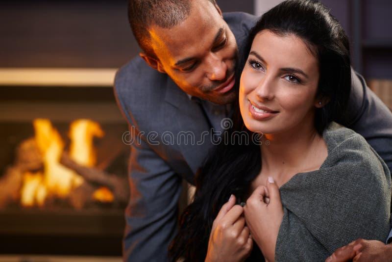 Attraktive zwischen verschiedenen Rassen Paare zu Hause stockbild