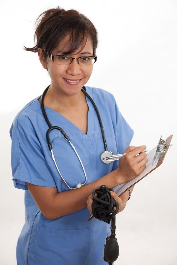 Attraktiver asiatischer philippinischer Krankenschwesterdoktor stockfotografie