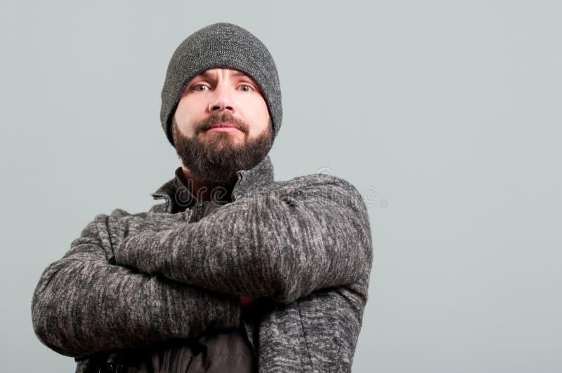 Attraktiver bärtiger Mann, der mit den Armen gekreuzt steht lizenzfreies stockfoto