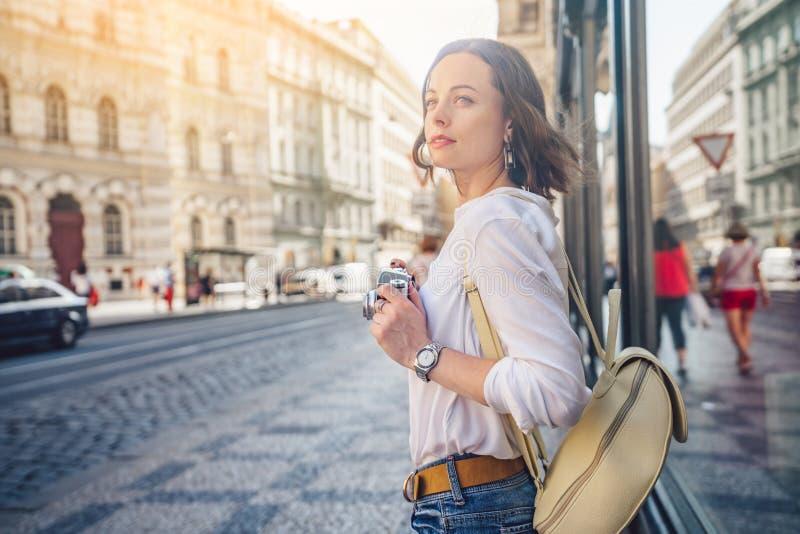 Attraktiver Blogger in Prag stockfoto