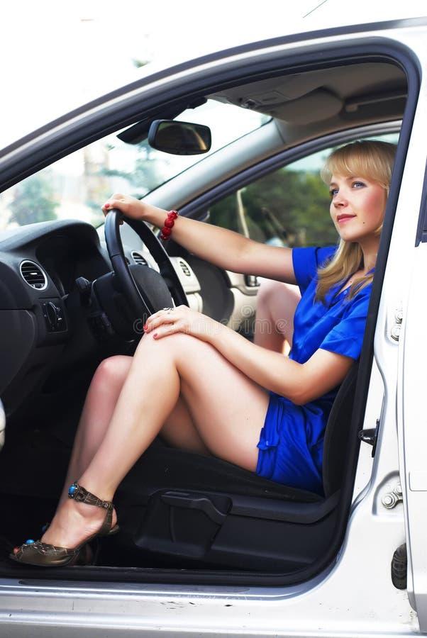 Attraktiver blonder Frauentreiber stockfotos