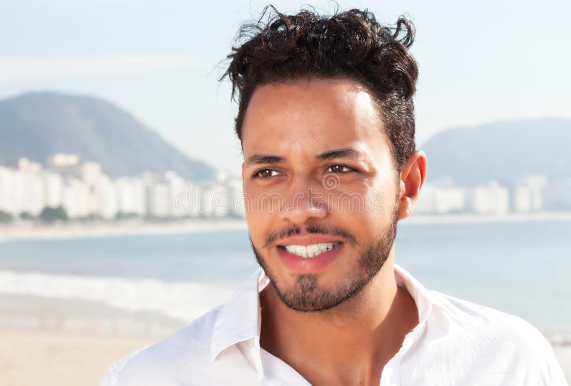 Attraktiver brasilianischer Mann an Copacabana-Strand lizenzfreies stockbild