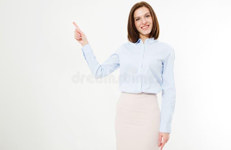 Attraktiver Brunette mit den sexy Lippen im Hemd- und Rockpunktfinger am weißen Hintergrund stockbilder
