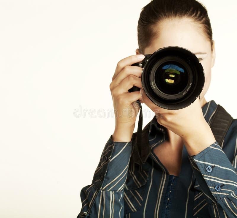 Attraktiver Brunette zielt ihre Kamera. stockfotografie