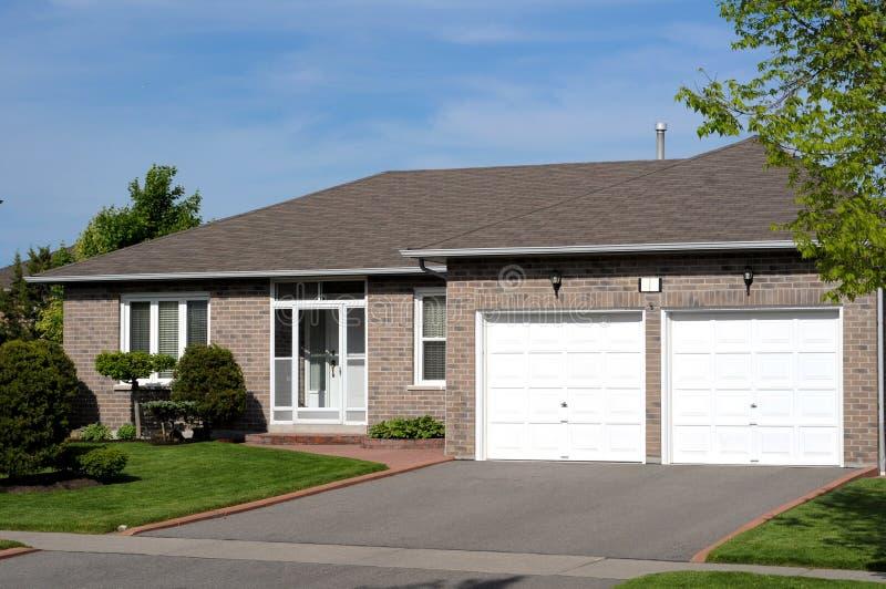 Attraktiver Bungalow stockfoto. Bild von blau, garage - 9648252