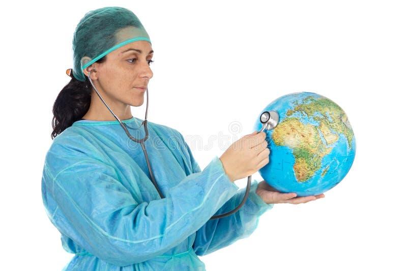 Attraktiver Damedoktor, der die kranke Welt kuriert stockfoto