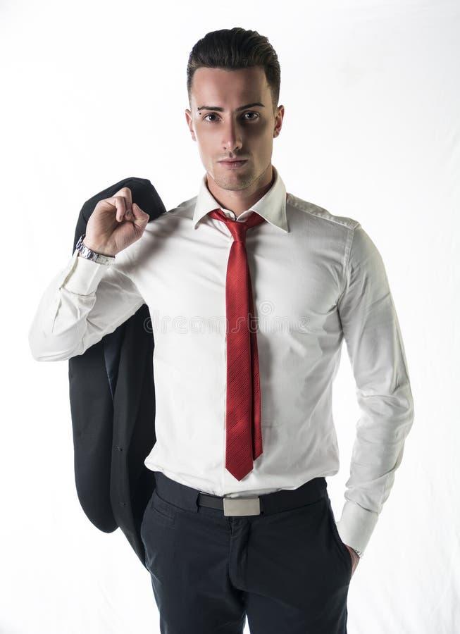 Attraktiver, ernster junger Geschäftsmann mit Jacke und Bindung stockfoto