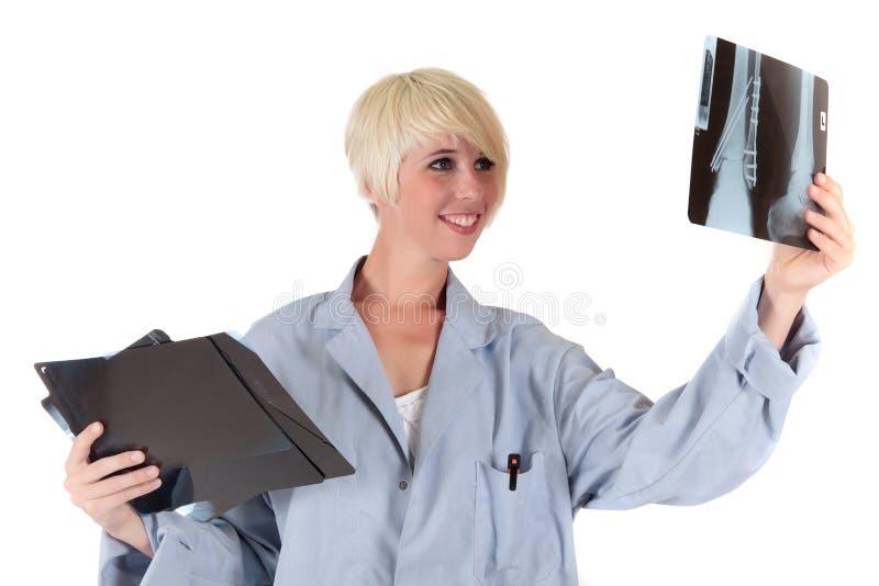 Attraktiver fälliger weiblicher Doktor lizenzfreies stockfoto