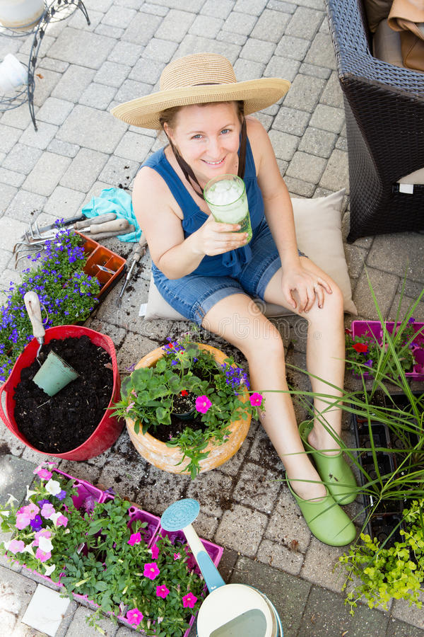 Attraktiver Frau Potting herauf Houseplants im Frühjahr stockfoto