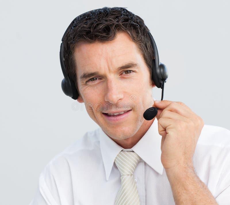 Attraktiver Geschäftsmann, der in einem Kundenkontaktcenter arbeitet stockfotos