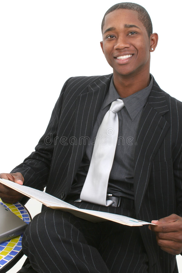 Attraktiver Geschäftsmann in der Klage mit Datei-Faltblatt und großem Lächeln stockbilder