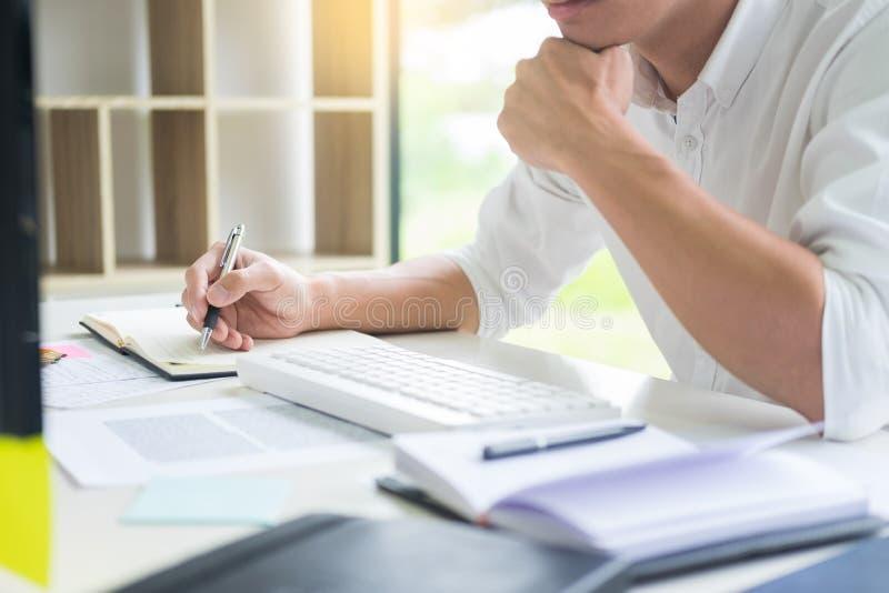 Attraktiver Geschäftsmann, der an Laptop im modernen Büro für seine neue Projektkonferenzschaltung mit Tutor, Ausbildungskonzept  stockbild