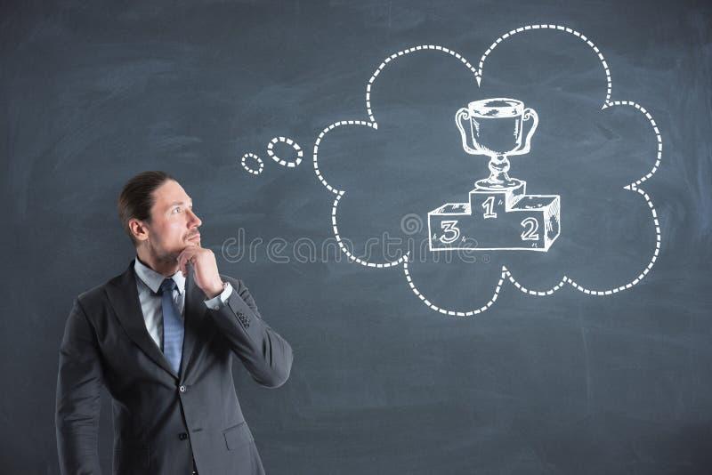 Attraktiver Geschäftsmann, der an Preis denkt lizenzfreies stockfoto