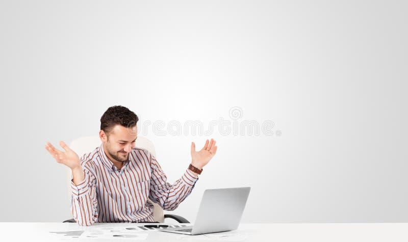 Attraktiver Geschäftsmann mit einfachem weißem Kopienraum lizenzfreies stockbild