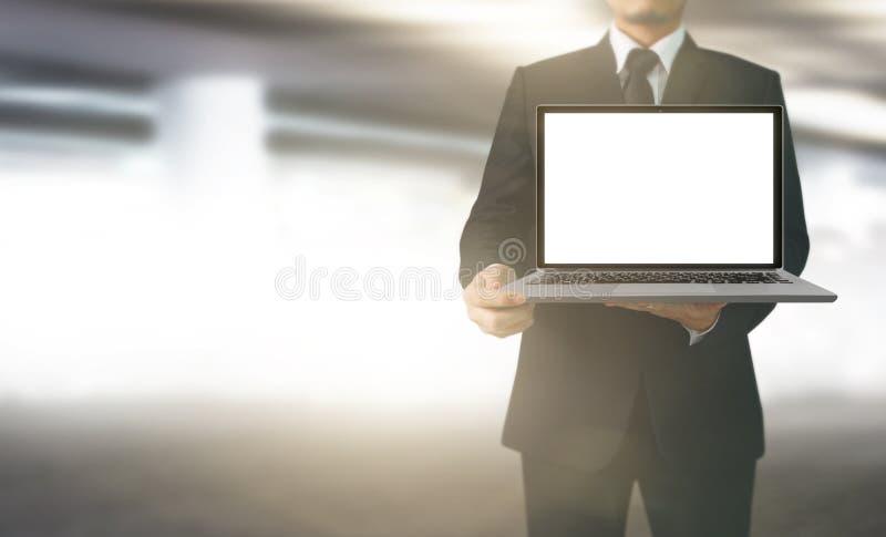 Attraktiver Geschäftsmannlaptop in der Hand stockbilder