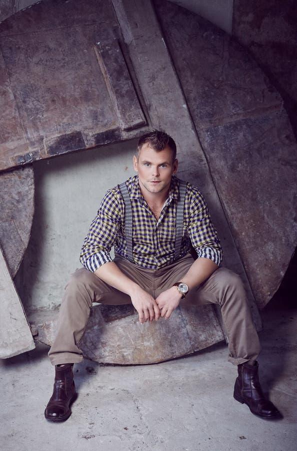 Attraktiver grober Mann im karierten Hemd stockfoto