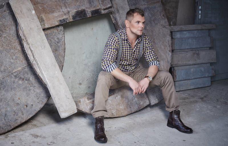 Attraktiver grober Mann im karierten Hemd lizenzfreies stockbild