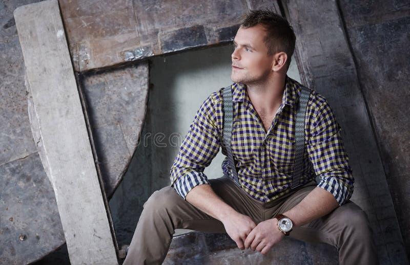 Attraktiver grober Mann im karierten Hemd lizenzfreie stockfotos
